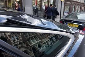 Partes plásticas do carro amoleceram com o calor produzido pelo reflexo do edifício.